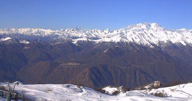 Webcam Mottarone, piste da sci e skyline sulle Alpi.